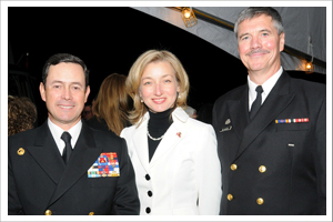 Le Chef d'état-major de la Force maritime du Chili, l'Amiral Edmundo González, l'ambassadrice Sarah Fountain Smith, et le Chef d'état-major de la Force maritime canadienne, le Vice-Amiral Dean McFadden.