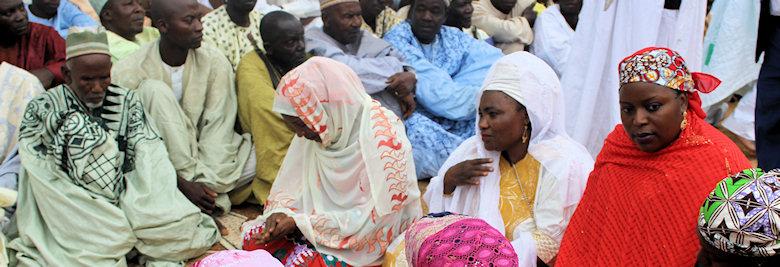 Dames en attente d'être anoblies aux côtés de leurs congénères masculins à Ngaoundéré.