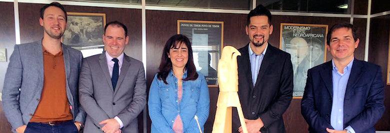 L'artiste salish de la côte Luke Marston et l'ambassadeur du Canada au Portugal, Jeffrey Marder, avec une réplique de l'œuvre de Luc Marston, Shore to Shore.