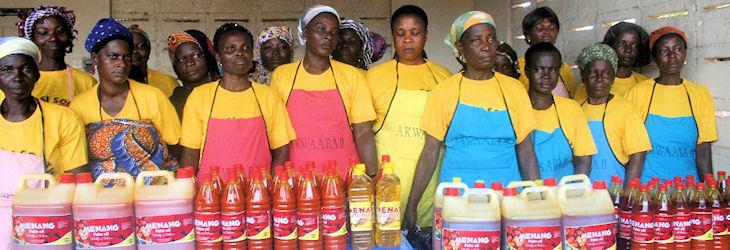 Des entrepreneures présentent des produits d'huile de palme dans des emballages améliorés.