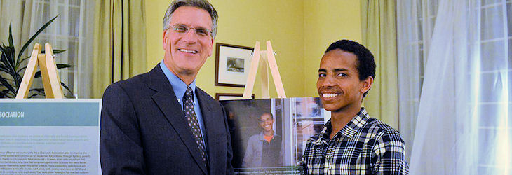 Ambassadeur Baker du Canada avec Wodjane, 17 ans, survivant du mariage d'enfants qui se profile dans l'exposition.